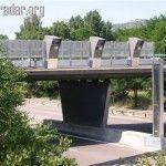 Radars automatiques au dessus d'un pont surplombant l'autoroute
