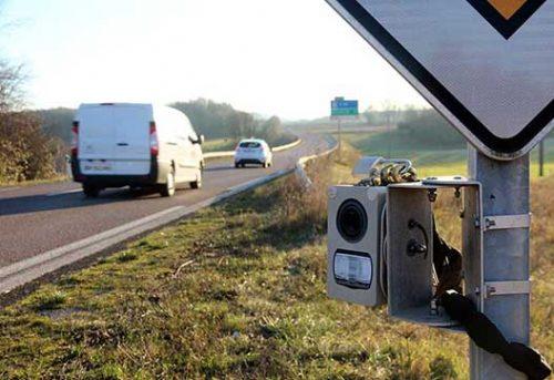 Des radars miniatures cachés sur des panneaux de limitation de vitesse à 80 km/h ?