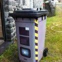 Une poubelle déguisée en radar avec des stickers pour faire ralentir les voitures