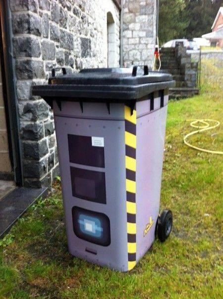 une poubelle d guis e en radar avec des stickers pour faire ralentir les voitures anti radar. Black Bedroom Furniture Sets. Home Design Ideas